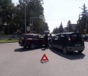«Тойота» повредила стойку в ДТП в центре Бердска
