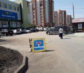 Не прошло и месяца: Коммунальщики засыпали землёй провал на дороге в Бердске