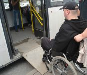 Только в один автобус с пандусами в Бердске инвалиды-колясочники смогли подняться без посторонней помощи