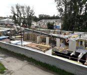 Завалился автокран на стройке в Бердске (видео)