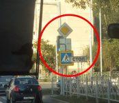 Дорожные знаки на перекрёстке Лунная-Космическая в Бердске закрывают сигналы светофора