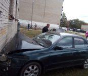 Горе-гонщик на «Короне» врезался в стену 5-этажки в Бердске