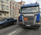 К бордюру: Фура Scania прижала легковой Mercedes на трассе в Бердске