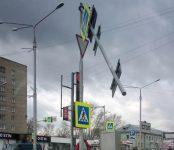 Едва не свалился на головы пешеходов дорожный указатель в центре Бердске
