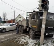 КамАЗ протаранил «Мерседес» на перекрёстке с неработающим светофором в Бердске