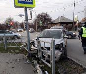 Мужчина на Ford Focus снёс ограждение на перекрёстке в Бердске