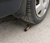 Подложили «розочку» от бутылки под колесо автомобиля на парковке в Бердске