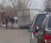 Грузовичок застрял в огороженной яме возле пивного бара в Бердске