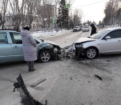 «Мазда» и «Сузуки» размотались на перекрёстке в центре Бердска