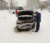 Тройное ДТП на завьюженном перекрёстке в Бердске: обошлось без пострадавших