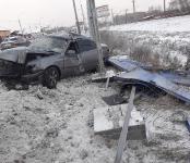 Проломил шумозащитный барьер и уничтожил автомобиль житель Бердска