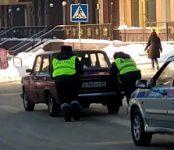 Инспекторы ДПС завели заглохшую машину в центре Новосибирска