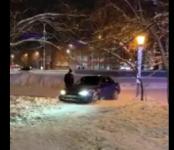 Катались безнаказанно на авто по тротуару центральной площади Новосибирска