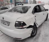 «Гонщик» на Volkswagen жёстко протаранил Ford на трассе в Бердске и сбежал с места происшествия