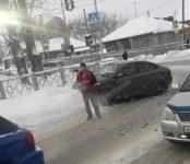 Таксист из UBER протаранил Subaru Impreza на перекрёстке в Бердске
