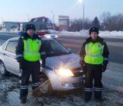 Автоинспекторы региона помогли водителю сломавшегося на трассе Р-256 автомобиля «Ниссан»