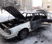 Из-за короткого замыкания в печке в Бердске сгорел дотла Nissan Auster
