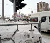 Из-за сугроба автомобиль чуть не сбил пешеходов на перекрёстке в Бердске