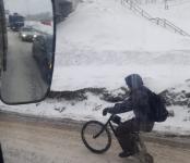 С рюкзаком на велике «гарцевал» сибиряк по федеральной трассе