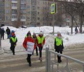 Переходить дорогу правильно призвали бердских пешеходов сотрудники Госавтоинспекции региона с ЮИДовцы Бердска