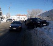 Куча снега у дороги в Бердске спасла попавший в ДТП внедорожник от серьёзных повреждений
