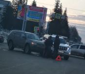 Два внедорожника не разъехались без аварии на перекрёстке в Бердске