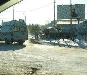 Проломил ограждение и врезался в ледяную гору на обочине трассы житель Бердска на «Тойоте»