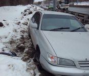 Слетев с трассы, едва не разбился о металлическую опору водитель «Тойоты» в Бердске