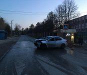 Лишённая прав автоледи разбила авто с пассажиром о кирпичный забор у Ортоса в Бердске