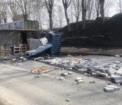 «Исузу» со стройматериалом завалилась на бок на трассе Р-256, зацепившись за столб