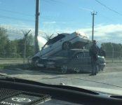 Иномарка на дамбе ГЭС взлетела и приземлилась на крышу другого авто