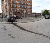 Nissan Sunny протаранил Nissan Qashqai и снёс забор рядом с новой высоткой в Бердске