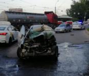 Водитель легковушки перевернул грузовик в Новосибирске и погиб на месте происшествия