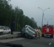 Иномарка взлетела на бордюр на трассе Р-256 в Бердске