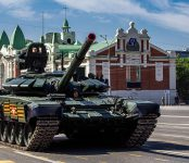 Танк повредил асфальт во время парада в центре Новосибирска