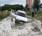 Daewoo Nexia провалилась на грунтовой дороге на улице Огнеупорной в Бердске