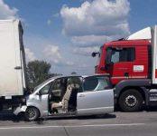 В НСО в столкновении с грузовиками травмирован двухмесячный пассажир легковушки