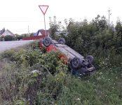 На кладбищенской дороге в Бердске перевернулся автомобиль