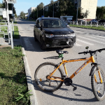 Велосипедист упал на Mitsubishi Outlander на переходе в Бердске