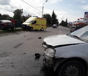 Nissan улетел в забор после столкновения с «Ладой» в Бердске