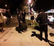 Надели наручники и увезли в отдел МВД двоих мужчин сотрудники полиции Бердска