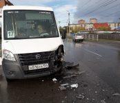 Маршрутка №17 с пассажирами протаранила легковушку на аварийно-опасном перекрёстке в Бердске