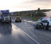 В районе Линёво водитель легковушки погиб в столкновении с большегрузом