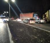 Водитель фуры сбил столб на трассе под Бердском и попал в больницу