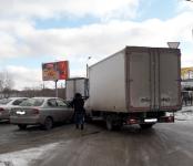 Грузовик протаранил легковушку на выезде с заправки в Бердске