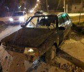 Вывернула бордюрый камень на перекрёстке «девятка» с подростками, уходя от полицейской погони в Бердске