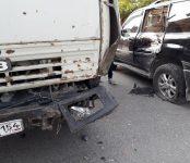 Отказали тормоза: грузовик протаранил Lexus LX-470 на перекрёстке в Бердске