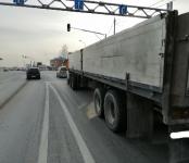 «КамАЗ» с длинной «шаландой» выпихнул за стоп-линию легковушку на выезде из Бердска