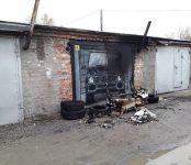 На пожаре в гараже в Бердске подгорели мебель и автомобиль