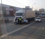 Фура подмяла и протащила легковую Toyota Ractis  по трассе в Бердске
